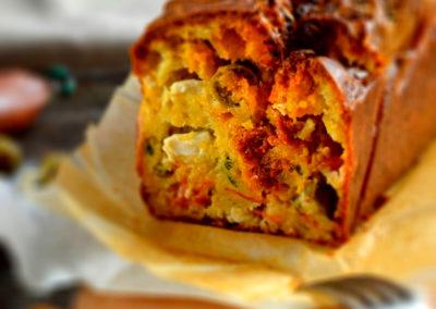 Cake saucisse épicée, chèvre et olives